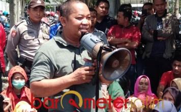 DEMO: Karyawan PT Interkraft menggelar aksi, menuntut kenaikan upah. | Foto: Barometerjatim.com/HAMIM ANWAR