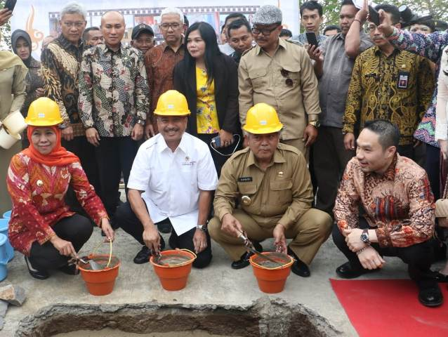 BATU PERTAMA: Khofifah dan pejabat lainnya meletakkan baru pertama pembangunan Aloon-aloon Singhasari. | Foto: IST