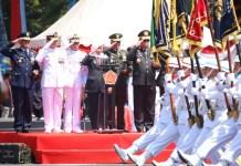 TNI BERSAMA RAKYAT: Khofifah menghadiri upacara HUT ke-74 TNI di Lapangan Makodam Brawijaya. | Foto: IST