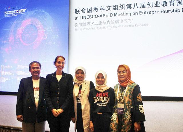 MENDUNIA: Perwakilan Sekolah SPI di arena pertemuan UNESCO-APEID di Hangzhou, China | Foto: IST