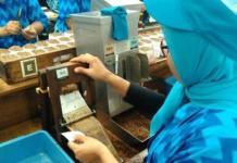 TERANCAM PHK: Kenaikan UMK dan rencana kenaikan cukai membuat ribuan buruh terancam PHK. | Foto: IST