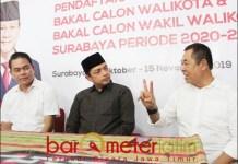 PILWALI SURABAYA: Gus Hans (tengah), mendaftar penjaringan Bacawali Surabaya lewat Gerindra. | Foto: Barometerjatim.com/ROY HS