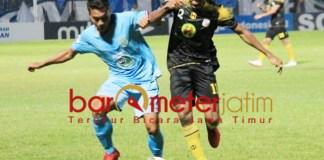 SENGIT: Pemain Persela, Sugeng Efendi (kiri) berebut bola dengan pemain Barito Putra.   Foto: Barometerjatim.com/DANI IQBAAL