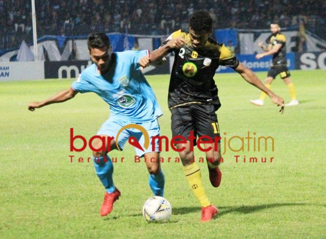SENGIT: Pemain Persela, Sugeng Efendi (kiri) berebut bola dengan pemain Barito Putra. | Foto: Barometerjatim.com/DANI IQBAAL