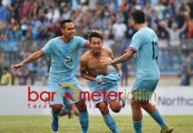 HERO: Sugeng Effendi (tengah) melakukan selebrasi usai jebol gawang PSS Sleman. | Foto: Barometerjatim.com/DANI IQBAAL
