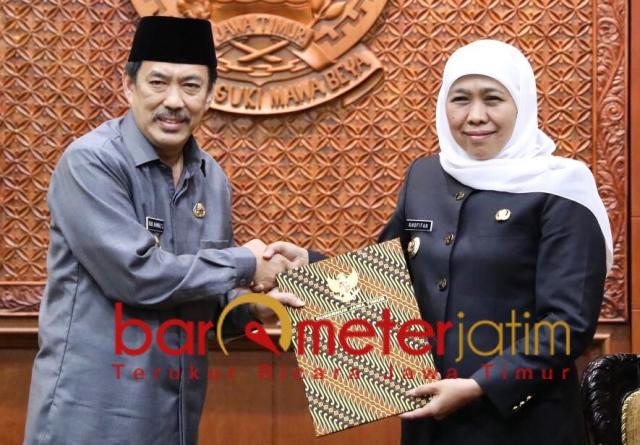 PLT BUPATI SIDOARJO: Cak Nur menerima SPT Plt Bupati Sidoarjo dari Khofifah. | Foto: Barometerjatim.com/ROY HS