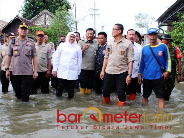 SIAPKAN TANGGUL: Khofifah tinjau banjir akibat luapan Kali Lamong. | Foto: Barometerjatim.com/ROY HS