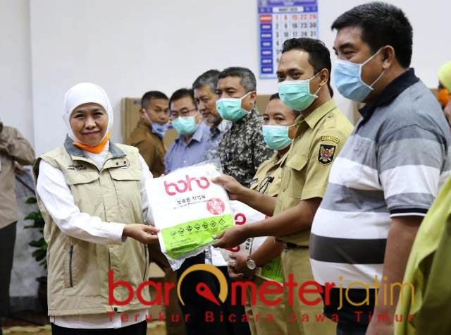 TANGANI CORONA: Khofifah menyerahkan APD untuk 64 rumah sakit rujukan. | Foto: Barometerjatim.com/ROY HS