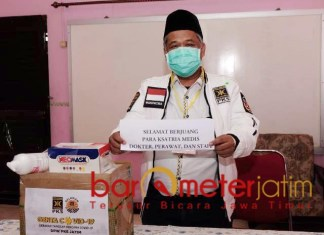 LAWAN CORONA: Irwan Setiawan memberikan bantuan APD dan support untuk tenaga medis. | Foto: Barometerjatim.com/ROY HS