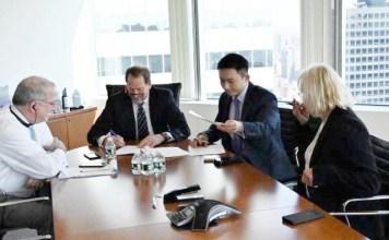 SASAR PROYEK MANGKRAK: (Dari kiri) Executive Vice President Hamsley Spear Andrew G Simon, Ken Swing, dan Hartadinata Harianto. | Foto: IST