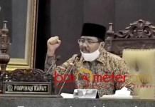 TANGAN TERKEPAL: Anwar Sadad, usung semangat PMII saat PIMPIN sidang paripurna DPRD Jatim. | Foto: Barometerjatim.com/ROY HS