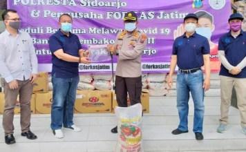 BANTU LAWAN CORONA: Forkas Jatim serakan bantuan sembako dan APD ke Polresta Sidoarjo. | Foto: Barometerjatim.com/IST