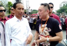 DARURAT CORONA: Ketua Bara JP Jatim, Goyanto Wijaya (kanan) bersama Presiden Jokowi dalam satu acara. | Foto: Barometerjatim/IST
