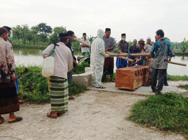 WARGA LAMONGAN: Jenazah PDP Corona saat hendak dimakamkan di kawasan Kecamatan Turi, Lamongan. | Foto: IST