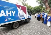 BANTUAN KEMANUSIAAN: AHY lepas bantuan ribuan paket sembako untuk masyArakat terdampak Corona. | Foto: Barometerjatim.com/IST