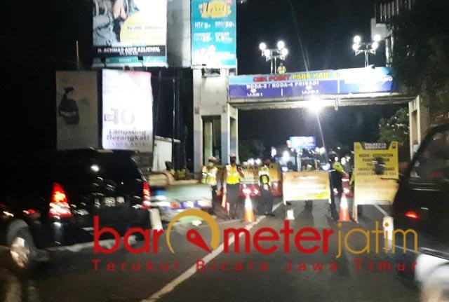 JAGA KETAT: Suasana di-check point Waru, Sidoarjo. Kendaraan melebihi jam operasional dilarang masuk | Foto: Barometerjatim.com/ROY HS