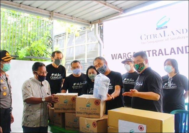 CITRALAND PEDULI: Manajemen Citraland menyalurkan bantuan sembako dan APD untuk warga dan Puskesmas. | Foto: IST