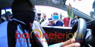 TINJAU CHECK POINT: Khofifah saat meninjau check point masuk ke Jatim di Tol Ngawi. | Foto: Barometerjatim.com/DOK