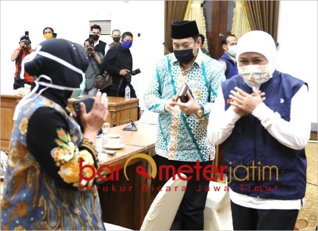 BEDA LEVEL: Risma (kiri) dan Khofifah, beda level antara wali kota dengan gubernur. | Foto: Barometerjatim.com/ROY HS