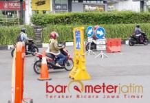 BERSIAP NEW NORMAL: Pengendara roda dua melewati check point PSBB di bundaran Waru. | Foto: Barometerjatim.com/ROY HS