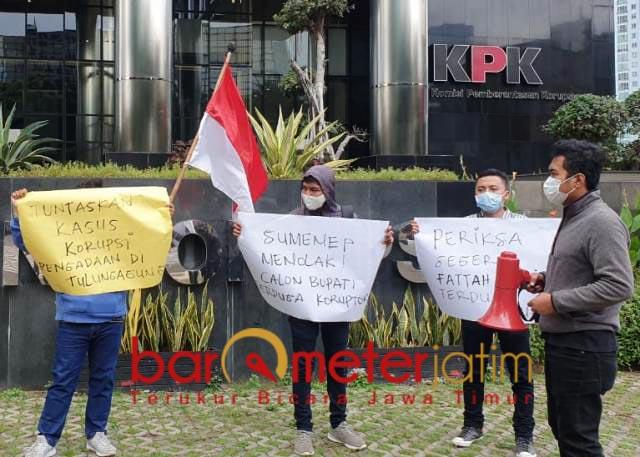 USUT FATTAH JASIN: Demo meminta KPK mengusut keterlibatan Fattah Jasin dalam kasus korupsi.   Foto: Barometerjatim.com/SYAIFUL K