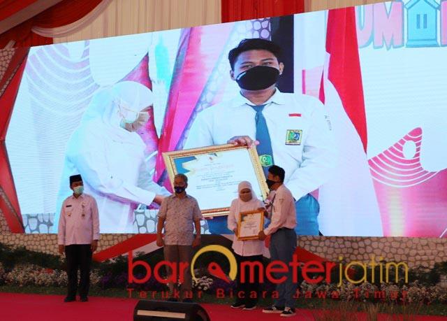 BERPRESTASI: Khofifah memberikan penghargaan kepada siswa berprestasi di HAN 2020. | Foto: Barometerjatim.com/ROY HS