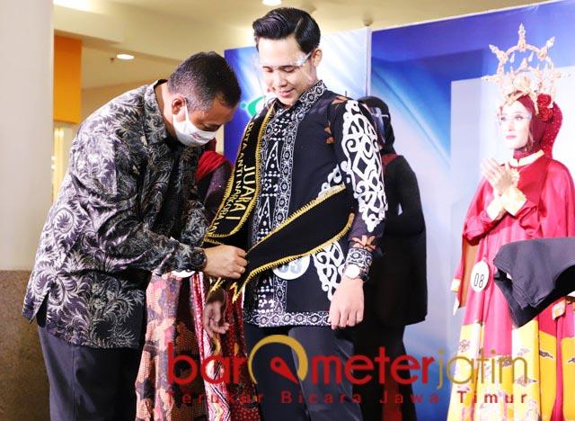 DUTA ANTI NARKOBA: Bambang Priyambadha memakaikan selendang kepada Duta Anti Narkoba 2020. | Foto: Barometerjatim.com/ROY HS