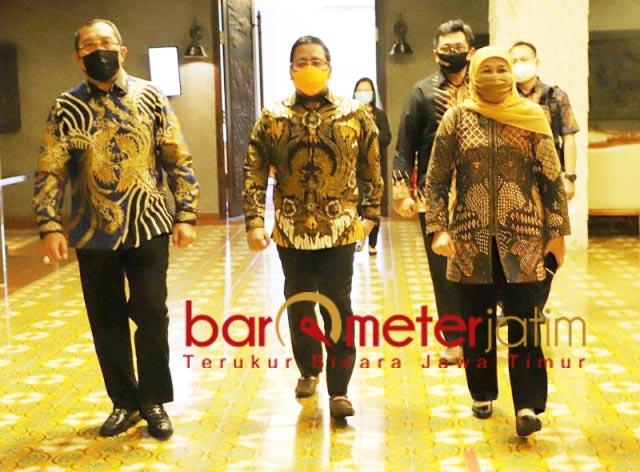 HARMONIS: (Dari kiri) Sahat Tua, Anwar Sadad, dan Khofifah. Potret harmonisasi DPRD-Pemprov Jatim. | Foto: Barometerjatim.com/ROY HS