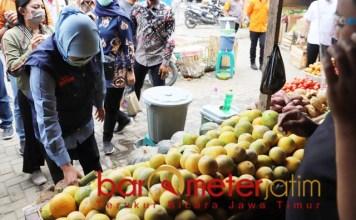 UNGKIT EKONOMI: Khofifah memilih buah jeruk di Pasar Buah Dewi Sri, Kabupaten Malang.   Foto: Barometerjatim.com/ROY HS