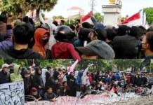 TEROBOS GRAHADI: Massa penolak UU Omnibus Law berusaha menerobos masuk Gedung Negara Grahadi.   Foto: Barometerjatim.com/ABDILLAH HR