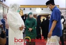 KELUARGA NU: Khofifah, Dwi Astutik, dan Gus Hans di rumah rumah duka almarhumah Nyai Hj Azah As'ad. | Foto: Barometerjatim.com/ROY HS