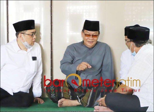 DIDOAKAN MENANG: Kelana didampingi Haji Masnuh saat sowan ke Gus Hasyim (tengah) Tambak Sumur. | Foto: Barometerjatim.com/ROY HS
