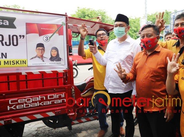 BRANDWEER DARJO: Kelana Aprilianto dan pengurus Hanura melepas Brandweer Darjo unit ketiga. | Foto: Barometerjatim.com/ROY HS