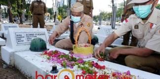 10 NOVEMBER: Peringati Hari Pahlawan, Irwan Setiawan (kiri) tabur bunga di Taman Makam Pahlawan.   Foto: Barometerjatim.com/ROY HS