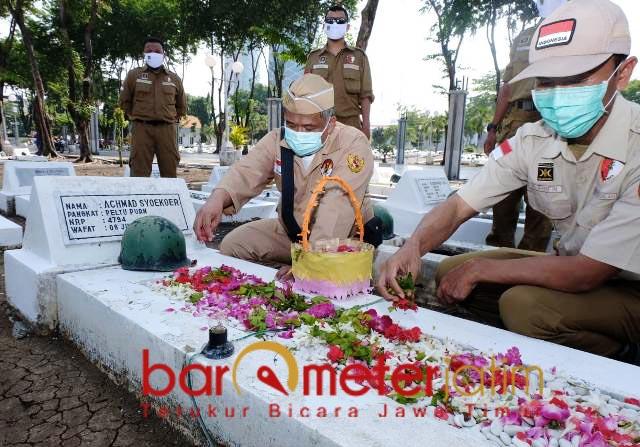 10 NOVEMBER: Peringati Hari Pahlawan, Irwan Setiawan (kiri) tabur bunga di Taman Makam Pahlawan. | Foto: Barometerjatim.com/ROY HS