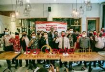 BERSAMA RISMA: 65 pengacara mendukung Risma yang dilaporkan kubu Machfud Arifin ke Polda Jatim. | Foto: Barometerjatim.com/ROY HS