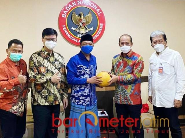 BOLA PERDAMAIAN: Gus Hans menyerahkan bola kepada Kepala BNPT, Komjen Pol Boy Rafli Amar di Jakarta. | Foto: Barometerjatim.com/IST