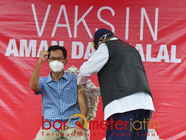 PENUH SEMANGAT: Sambil kepalkan tangan, Adi Sutarwijono menjalani vaksin di Balai Kota Surabaya. | Foto: Barometerjatim.com/ROY HS