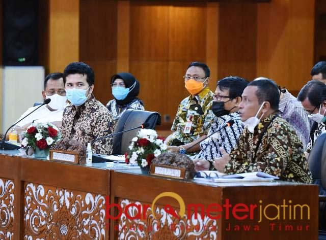 CEGAH KORUPSI DI JATIM : Emil Dardak bersama KPK dan kepala daerah se-Jatim diskusi pencegahan korupsi. | Foto: Barometerjatim.com /ROY HS