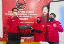 SAMBUT HUT KE-48: Adi Sutarwijono (kiri) bagikan laptop dan printer ke pengurus di 31 kecamatan. | Foto: Barometerjatim.com/PDIP