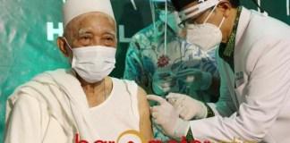 KIAI PERTAMA: KH Anwar Manshur menjadi kiai pertama dalam vaksinasi Corona di kantor PWNU Jatim. | Foto: Barometerjatim.com/ABDILLAH HR