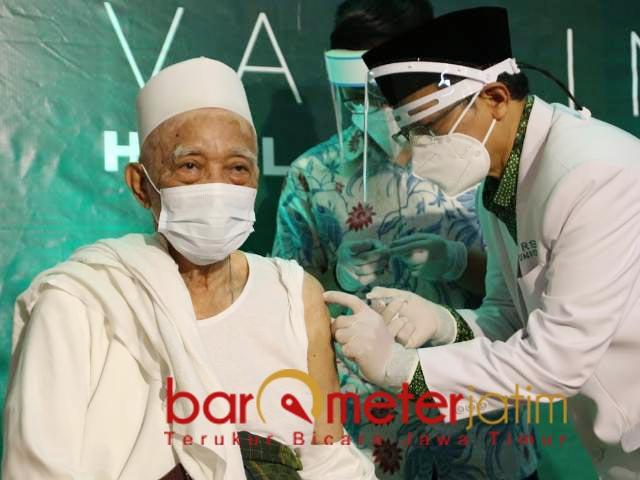 KIAI PERTAMA: KH Anwar Manshur menjadi kiai pertama dalam vaksinasi Corona di kantor PWNU Jatim. | Foto: Barometerjatim.com/ROY HS