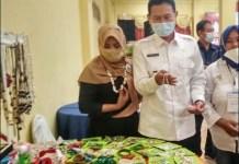 PRODUK LOKAL LAMONGAN: Bupati Yuhronur Effendi meninjau produk UMKM lokal anggota Kadin Lamongan. | Foto: IST