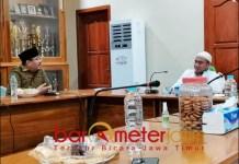 TEMUI RA TOHIR: Anwar Sadad silaturahmi ke Ra Tohir, Pengasuh Ponpes Bata-Bata, Pamekasan. | Foto: Barometerjatim.com/ROY HS