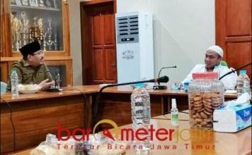 TEMUI RA TOHIR: Anwar Sadad silaturahmi ke Ra Tohir, Pengasuh Ponpes Bata-Bata, Pamekasan.   Foto: Barometerjatim.com/ROY HS