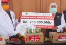 BANTUAN DARI JATENG: Gubernur Khofifah menerima bantuan dari Gubernur Ganjar untuk korban gempa Malang. | Foto: Barometerjatim.com/ROY HS