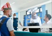 URUS DOKUMEN CUKUP DI SINI: Bupati Ipuk Fiestiandani meninjau layanan GPPT khusus nelayan di Pantai Grajagan. | Foto: IST