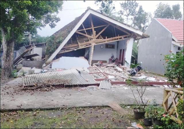 RUSAK PARAH: Gempa 6,7 SR berpusat di 90 Km barat daya Kabupaten Malang mengakibatkan rumah penduduk rusak. | Foto: IST