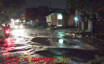 RUSAK PARAH: Jalan Raya Buncitan, Sedati, rusak parah. Bahayakan pengendara, terutama di malam hari. | Foto: Barometerjatim.com/ROY HS