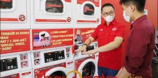 BISNIS LAUNDRY: Herlambang Prayatno, usai grand opening The Daily Wash Laundromart Menganti.   Foto: Barometerjatim.com/ROY HS
